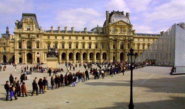 Skipping lines in Paris louvre-queue