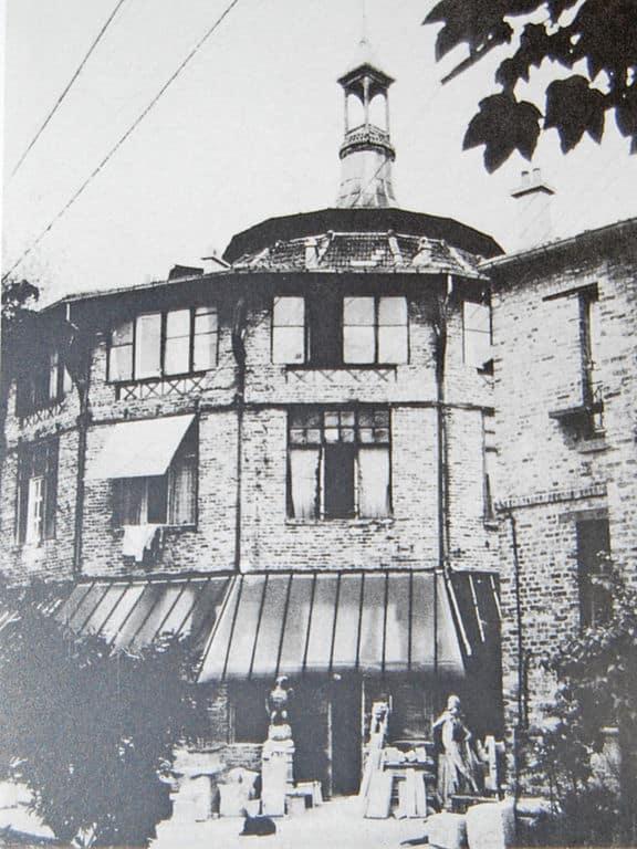 The exterior of La Ruche in 1918