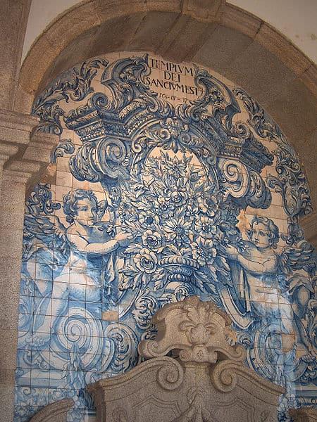 Albarrada, flower vase by Valentim de Almeida (between 1729 and 1731); Cathedral of Porto, Portugal.