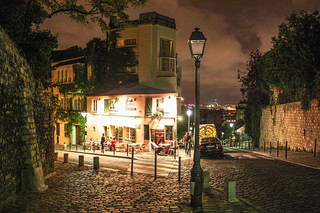 La Maison Rose at night
